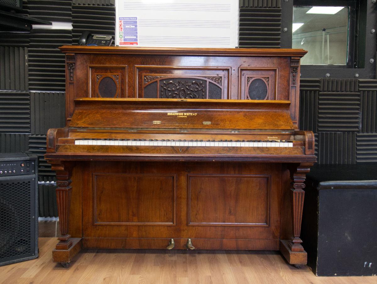 B PIANO CLOSE